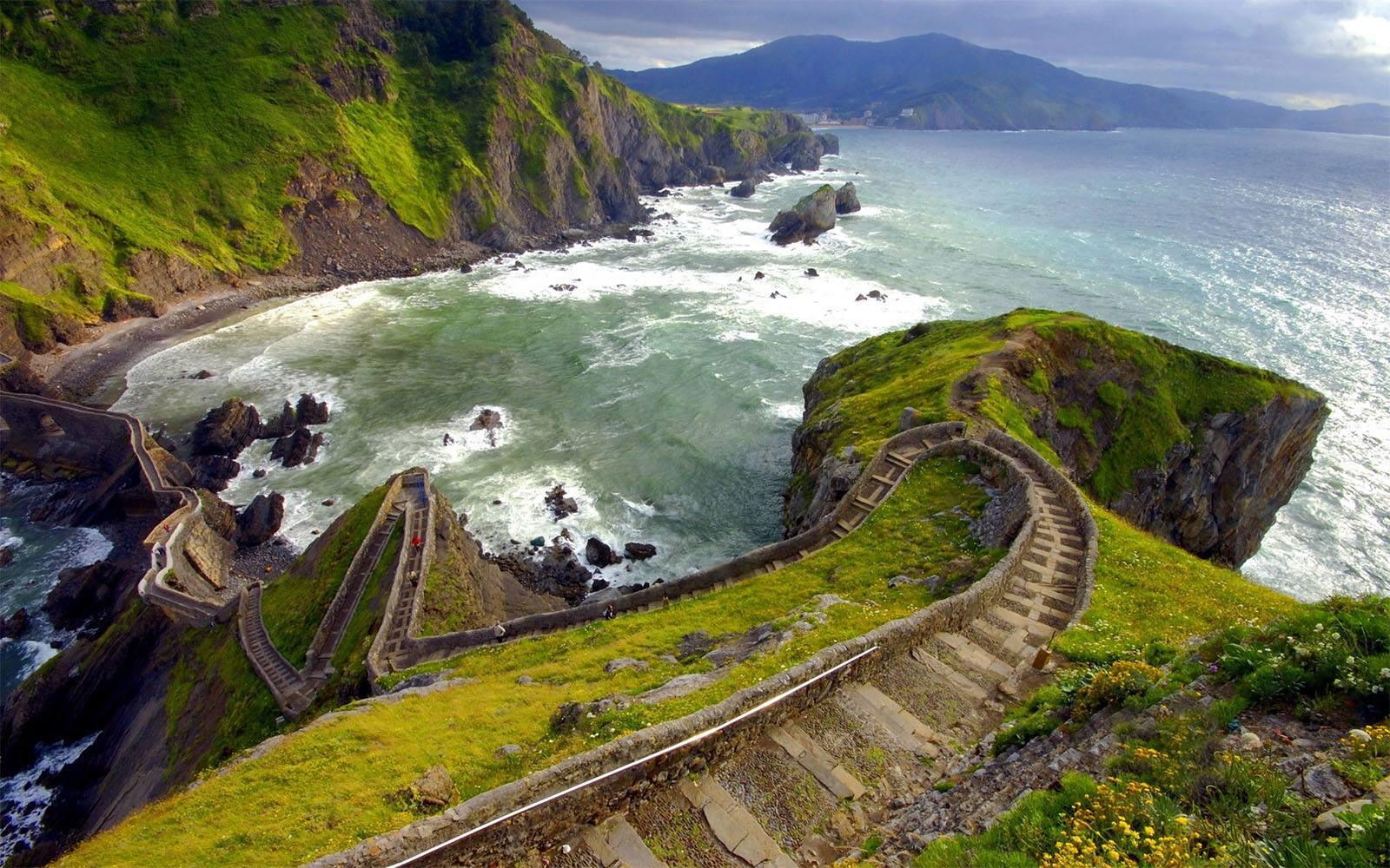This beautiful staircase is located on the island Gaztelugatxe in Spain http://t.co/cKsAjElEAg