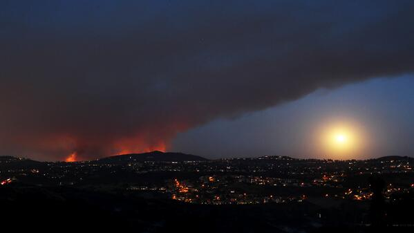 Moonrise over San Diego wildfire by @luissinco more photos from #carlsbad #poinsettiafire http://t.co/AzcRcHig7X http://t.co/2rR36gqRTs