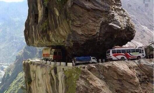 """Y después le ponen """"curva peligrosa"""" a cualquier cosa. En India si que saben... http://t.co/USdh6QYAxP"""