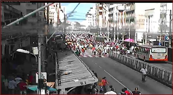 Manifestação da PM encontra-se nas proximidades da R. do Hospício. CTTU acompanha o trajeto, orientando o trânsito. http://t.co/s2NGQfGlWf