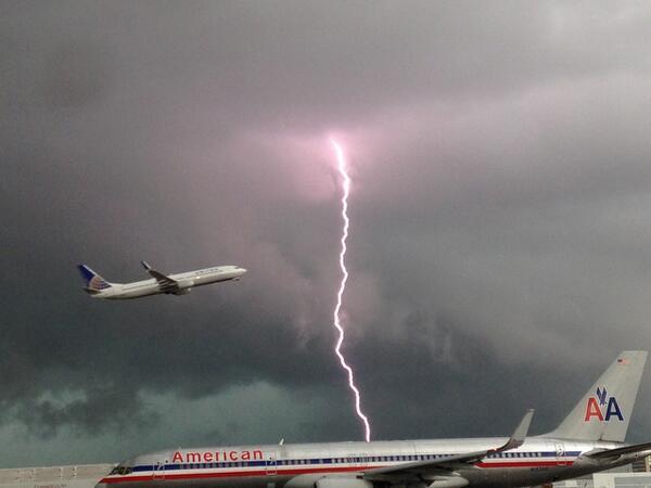 Increíble imagen captada durante la tormenta de hoy en el aeropuerto Int de Miami vía @JimCantore RT @WPLGLocal10: http://t.co/rNs4ZViyC7