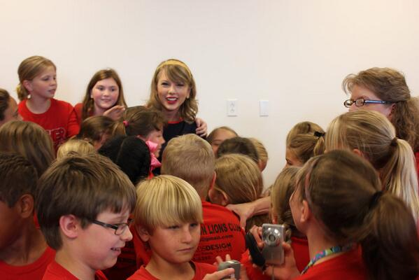 Surprise! @taylorswift13 delighted 4th graders visiting the Taylor Swift Education Center May 14. #cmhof http://t.co/Itl7P7pVUH