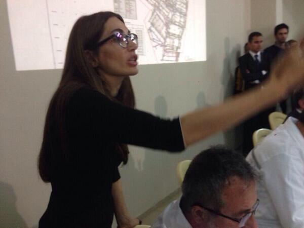 Sürekli araya giren gözlüklü kadın Accord İletişim'den Sema Demiral. AKP'nin resmi PR ajansınn sahibi... Buyrun... http://t.co/bSj3lpGET1