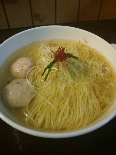 今日は新宿の麺屋海神で塩ラーメン♪ここのスープは本当にうまいな~♪そしてスープが透き通ってて綺麗~♪ http://t.co/qH5OPcnY86