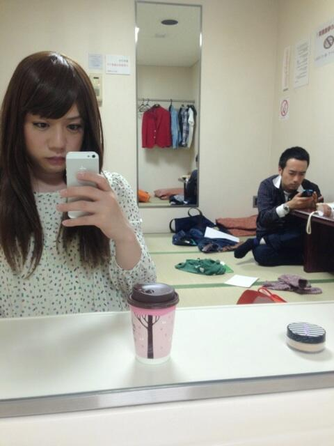 かもめんたる・槙尾ユウスケ (@makiokamomental): 昨日の高校講座の楽屋。倦怠期のカップルみたい。衣装変えたのに何も言ってくれなかった (。>A<。) http://t.co/lvLdE4IEfk