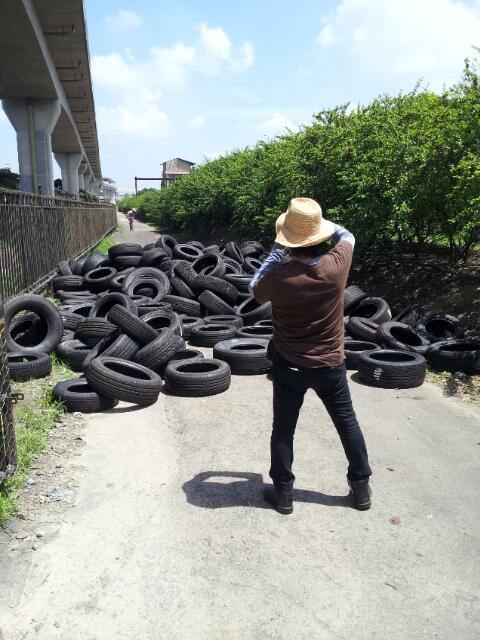 森山大道 in 高雄。大好物の被写体であるタイヤを見つける。 http://t.co/2XVkkAz5Bg