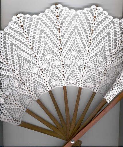 今ならまだ間に合う?レース編みの扇子。骨の幅が一模様になるように作ればいいんだね。分割の多いドイリーのパターンで使えるのないかな?http://t.co/0jGsm1FtN7 http://t.co/HXasky42H6