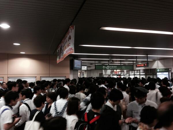 中央線、人身事故で大幅な遅れ。武蔵境駅は大混雑です。 http://t.co/0TiEzsFRPz