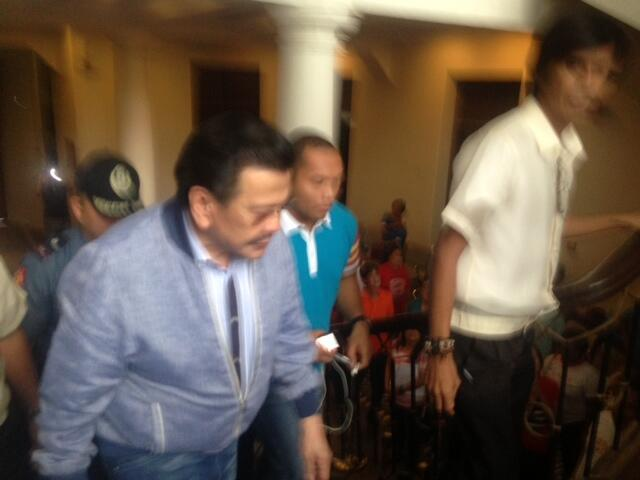 JUST IN: Manila Mayor Erap arrives in Laguna capitol to throw his support for Gov. Er Ejercito. | via John Consulta http://t.co/FcyW762N7i