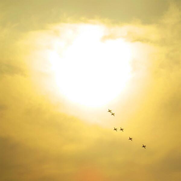 夕陽とブルーインパルス http://t.co/ybfTlh5BGC