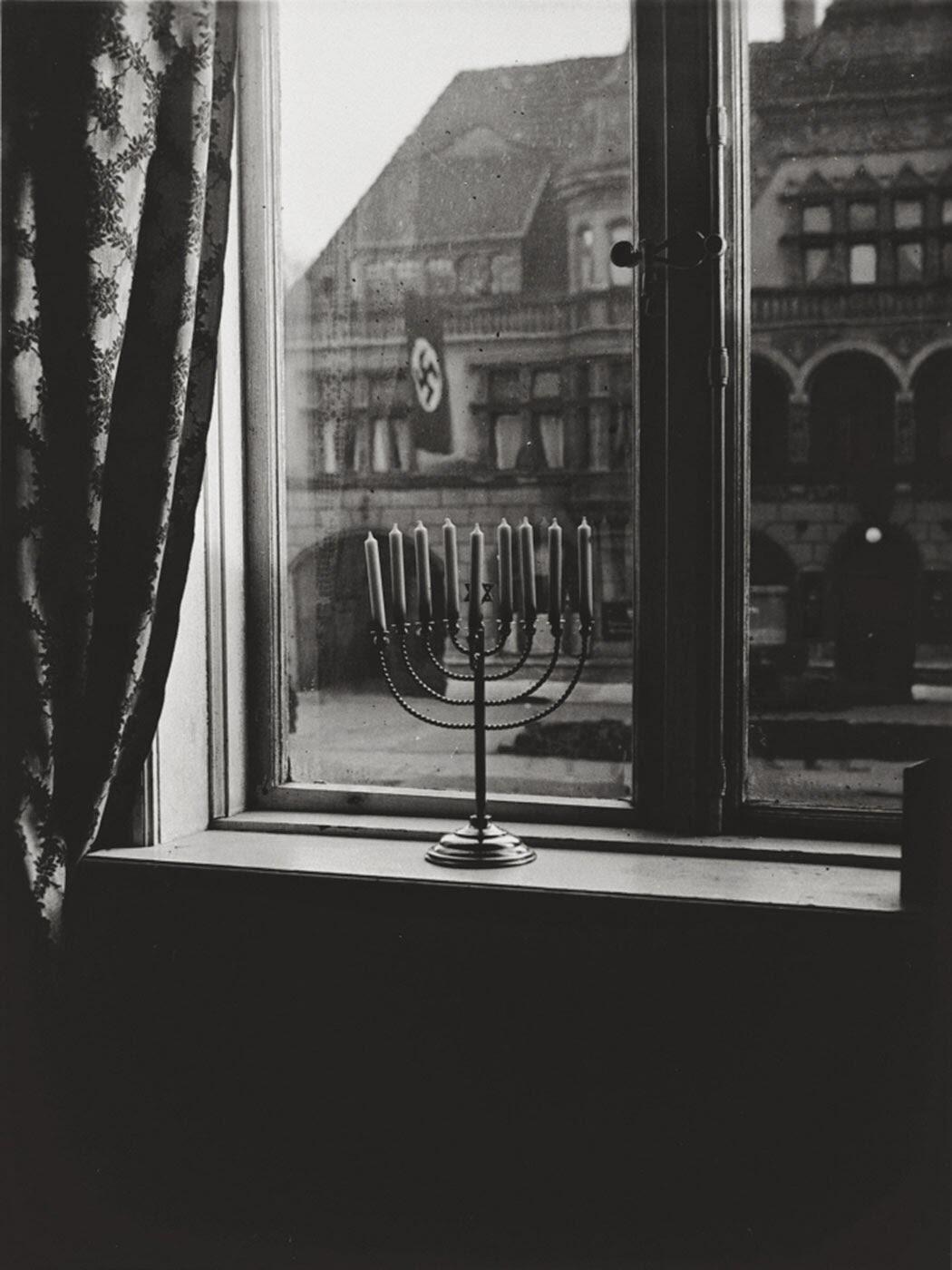 RT @DominiqueReynie: Superbe ! RT @HistoryInPics: A Jewish Menorah defies the Nazi swastika, 1931 http://t.co/Ve2QjztCBW