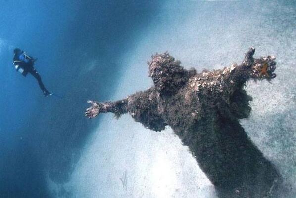 RT @imagesdefou: Le Christ, appelé Christ des Abysses est situé dans les fonds marins de la baie de San Fruttuoso en Italie. http://t.co/Ib2XyQe2Qv