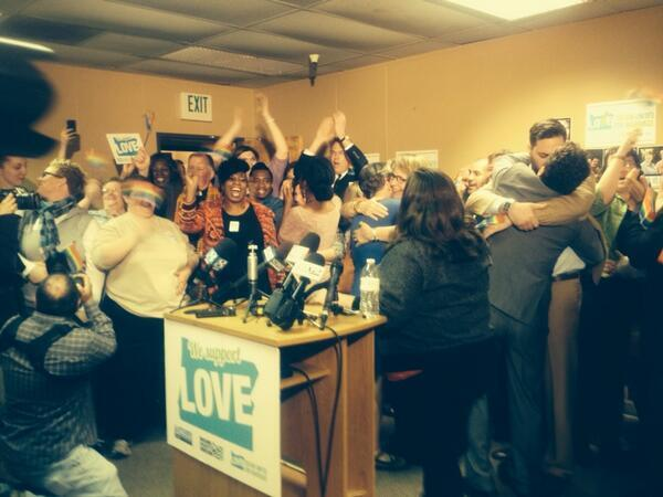#BREAKING: Oregon gay marriage ban struck down; same-sex marriages to begin http://t.co/l9cWec6u39 #GayMarriageOR http://t.co/oGKPU533Qx