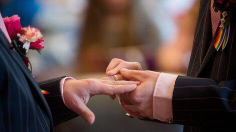 Federal judge strikes down Oregon's gay marriage ban as unconstitutional http://t.co/hpunn4q3zP http://t.co/QQSX8mK4ZV