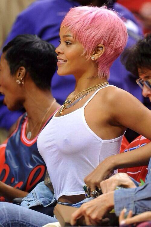 Rhianna at the game �� http://t.co/0yZ2zBNCLc