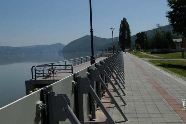 Golubac je jedini grad u Srbiji koji ima savremeni sistem za odbranu od #poplave. Montiranje protivpoplavnih panela: http://t.co/XdQlPZJYtA