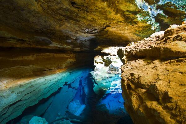 ¿Sabíais que en Brasil hay pozo natural con aguas tan cristalinas que puedes ver fondo hasta los 60 metros? http://t.co/WpKFt5kgv9