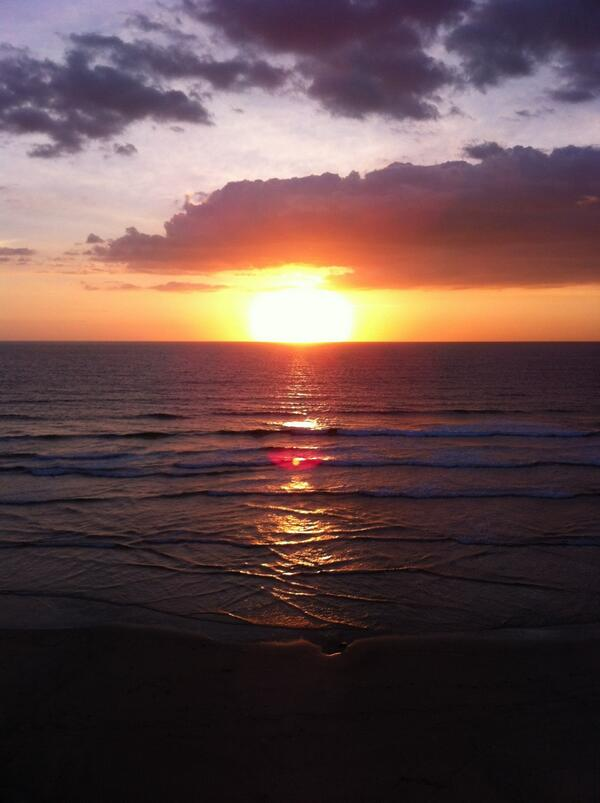 A glorious sunset settles over the Atlantic Ocean tonight. #cornwall #sunsets http://t.co/EJAFlvjOWo