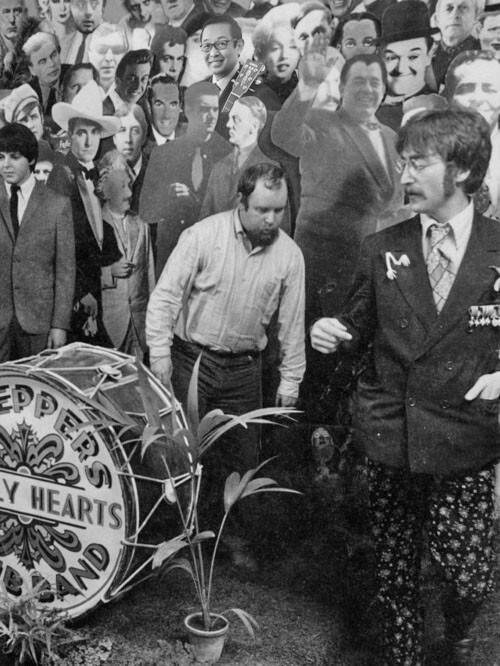 ビートルズのサージェント・ペパーズのジャケにさだまさしが並ぶ予定が実はあった。協議の末にキリスト、ヒトラー、ガンジーと共に外すコトとなる。中央人物はジャケット制作をした画家ピーター・ブレイク。右はジョン・レノン。 http://t.co/OIZjwDWvCl