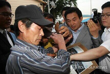 """가야죠?""""@seojuho: 강정마을 주민들 """"원희룡 방문 안돼""""  http://t.co/0S1SjwqzEk 가증스럽고 뻔뻔한 원희룡씨! 쇼 그만하고 학살자 전두환에게 제주지사 선거 출마했다고 큰절하러 가시라! http://t.co/X81tGEnyEq"""""""