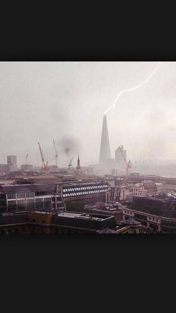 The Shard being hit by lightning earlier today!!! http://t.co/kFJa99c97U