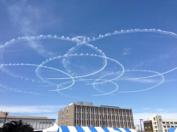 明日は山形市内での六魂祭。ブルーインパルスもきます!私は残念ですが行けません。写真は昨年の福島市内での飛行様子。 http://t.co/ORBO67U4U8