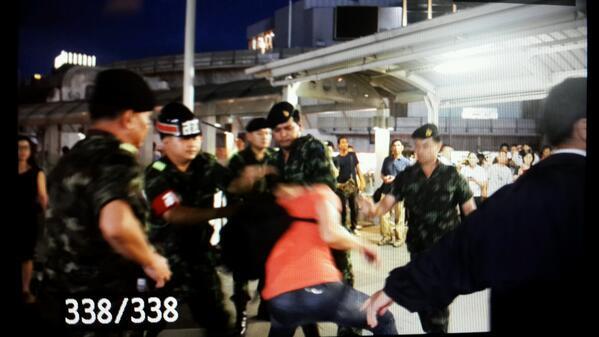ทหารไทยฤเป็นเพียงแค่หมาหมู่รุมทำร้ายประชาชนมือเปล่า..1 http://t.co/2YPuUdoHtj