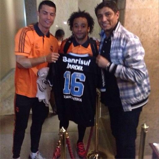 O maior atacante do mundo com a camisa do Grêmio em Lisboa! Os outros são Cristiano Ronaldo e Marcelo, do Real Madrid http://t.co/OwtFJxTpcO