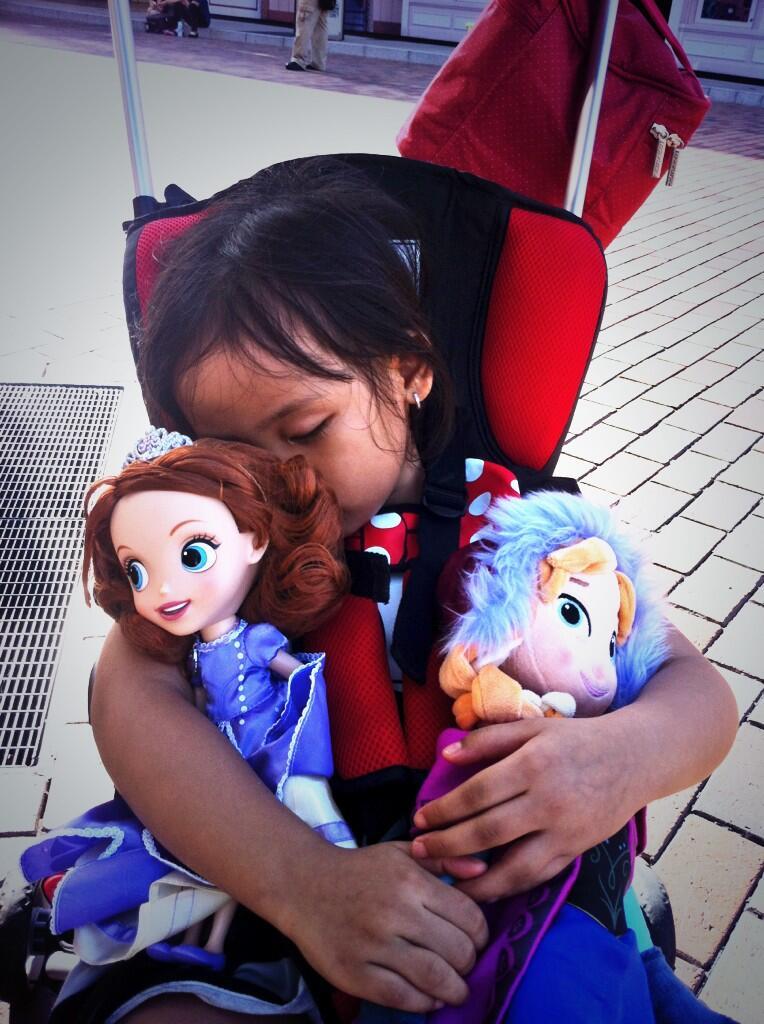 Kelelahan sambil memeluk boneka kesayangan adalah akhir dr kebahagiaan petualangannya #disneylandHK @cinokini http://t.co/Cglvghezbd