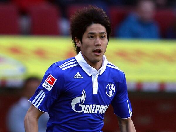 BoZbynxIIAAYeS3 Arsenal target Schalke full back Atsuto Uchida to replace Bacary Sagna [Express]