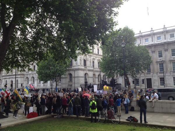 보이세요? 토요일 런던 다우닝가10번지 총리관저 앞에서 200명이 모여서 집회를 해도 경찰 하나 없습니다. 우리나라 경찰과 대비되죠?? 이게 국격입니다! http://t.co/GNX2JTjV1x