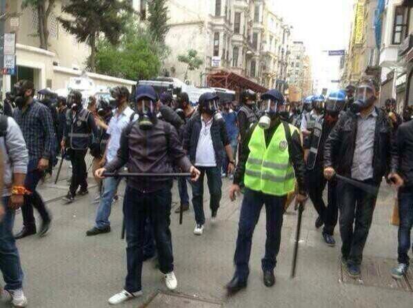 Bu adamlardan birisi bugün sokakta istediği kişiyi öldürebilir ve hiçbir zaman kim olduğunu öğrenemeyiz. Şaka gibi! http://t.co/8gbGZ87KJa