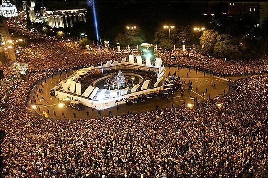 RT @Juezcentral: En este momento el Real Madrid se dirige a la Cibeles a celebrar con m?s de 100.000 hinchas. Son las 5 am en Espa?a: http:?