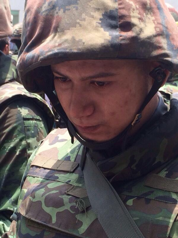 Didn't have chance to find out why young Thai soldier was emotional. Perhaps his loyalties contradict his orders? http://t.co/qJSHw46Cau