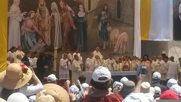 Pope heads the Holy Mass now in #Bethlehem #PopeInPalestine http://t.co/R7woOSsxzu
