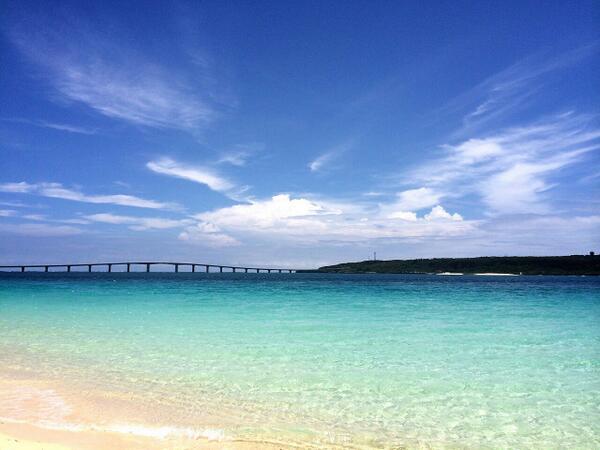な、な、、なんだこの与那覇前浜ビーチの美しさは。。。!?!?思わず見とれて沈黙。感動。オーナーいわく、今年一番の綺麗さらしい。いつも綺麗だけど。 ここに来て一番幸せを感じる瞬間です(;▽;)!!!! http://t.co/uMUYpmT6Rt