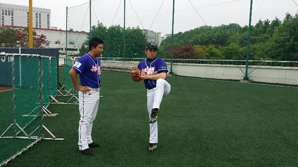 천하무적 야구단.6월중순부터 시작되는  연예인리그 야구리그를 위해신인투수 슈퍼주니어 강인!요즘 야구가 재미있어 미쳐산다고.그런 열정으로  천무단 에이스투수가되는 그날까지~~~화이팅! http://t.co/v3j4LUrub3