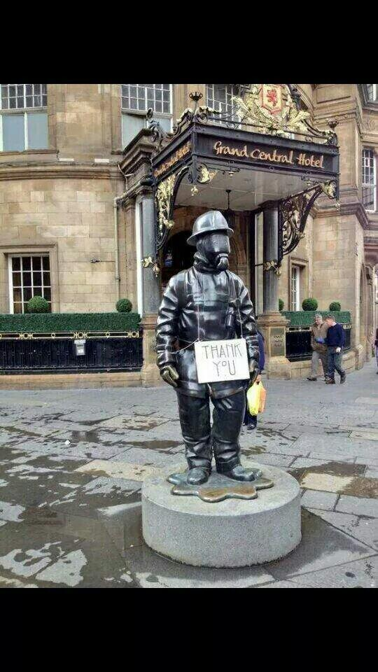Glasgow School of Art thank firefighters.Very moving wee image. X http://t.co/y6YmJi6krs
