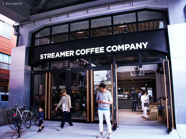東横線高架下、学芸大学と祐天寺の間に ストリーマーコーヒー カンパニー 最大面積の新店舗がオープン。開放感あふれる店内には6連のエスプレッソマシン。http://t.co/fIIOsF4632 2階はパリの古着ショップの日本1号店。 http://t.co/xSgReRR3nn