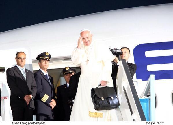 EL AL is flying Pope Francis and his entourage to Rome .Photo:pope Francis, EL AL pilots and David Maimon EL AL's CEO http://t.co/ZhzfKsrJFF