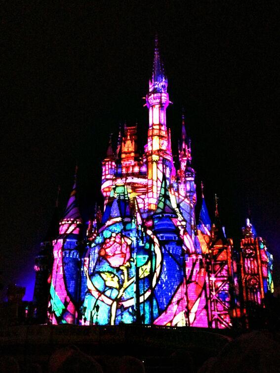 東京ディズニーランドで、新しいショー「ワンス・アポン・ア・タイム」を一足先に体験してきました♪   プロジェクションマッピング技術で、夜のシンデレラ城に立体映像を映し出しています。  幻想的! http://t.co/n7dbSilyUL
