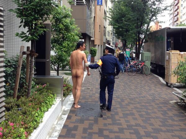"""""""裸になって何が悪い"""" #新宿 http://t.co/9oRZmSFsFQ"""