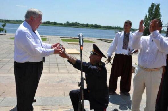 В соцсетях расходится прошлогодняя фотография, на которой украинский генерал на коленях вручает саблю экс-послу США http://t.co/SmdQdE4414