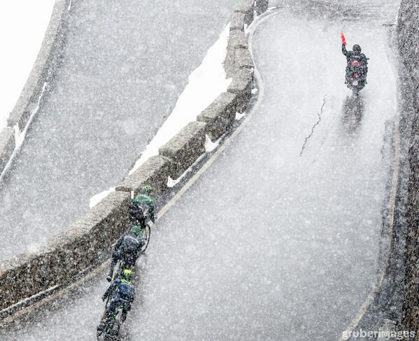 Am I missing something? Here's a shot of Quintana and a red flag in the first k of the Stelvio descent. #giro http://t.co/5LiZYgDf53