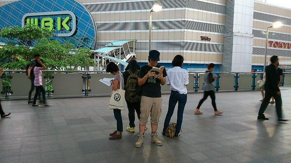 4 people gathered y'day @ BTS walkway in front of BACC, silently reading 1984 and other books http://t.co/KjZ6YnRuXr http://t.co/MUGFZacOpc