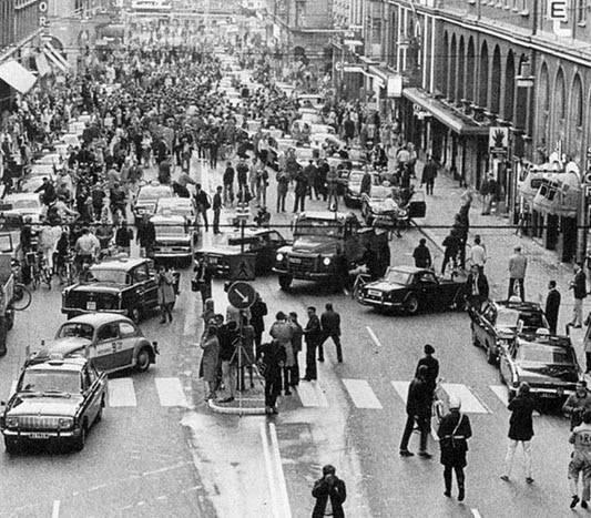 الصورة من السويد بعد تحويل القيادة من الجانب الأيسر للقيادة على اليمين، 1967 http://t.co/q2oeEsV8xb