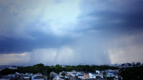 たぶん今この中… RT @telexjp: 雨雲世田谷に迫る!雷鳴も激しくそして近くに! http://t.co/NAvhMn8ISJ