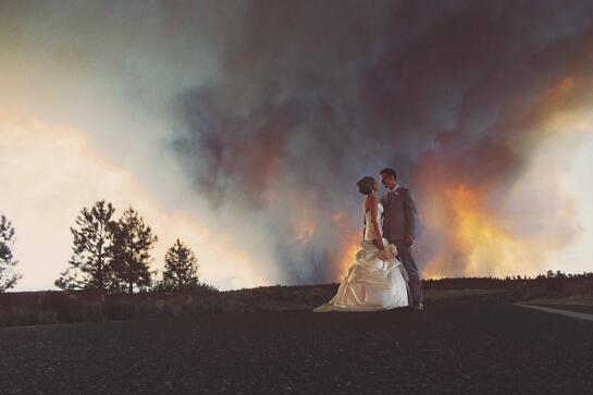 No es ficción, aunque lo parezca. La historia de la foto de boda que ha revolucionado twitter: http://t.co/Rwq7FQLK5O http://t.co/NZfMToeJ6Z