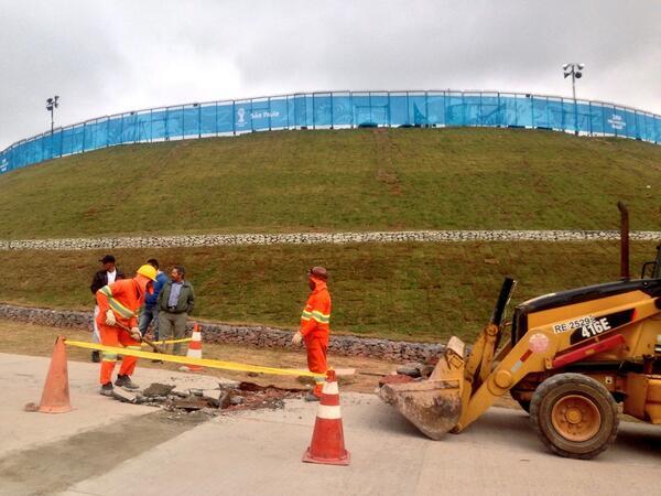 明日ここで開幕戦だよね。工事中。#W杯 #サンパウロ http://t.co/T6tElG7v0m