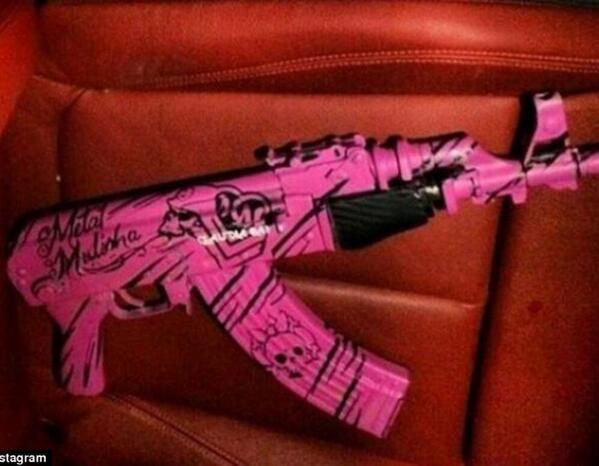 麻薬組織ロス・アントラックスの女ボス、クラウディア・フェリックスの愛用する銃。注・現実の話です(続く) http://t.co/JvKHmOGxVP